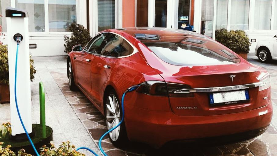 Auto elettriche: non solo Tesla, ecco dove scommettere