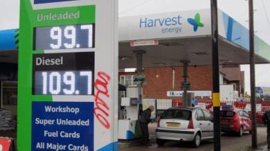 Benzina sotto quota 1 sterlina al litro