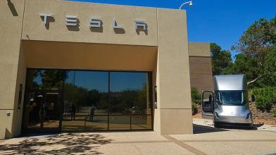 Tesla: rinvio debutto camion elettrico non piace a Wall Street